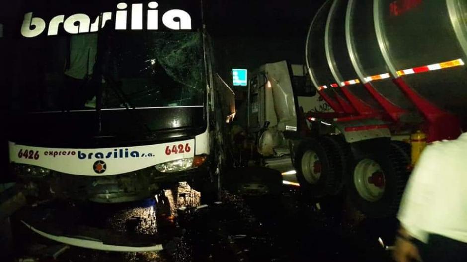En el accidente estuvieron involucrados dos tractocamiones y un bus de servicio interdepartamental de Expreso Brasilia.