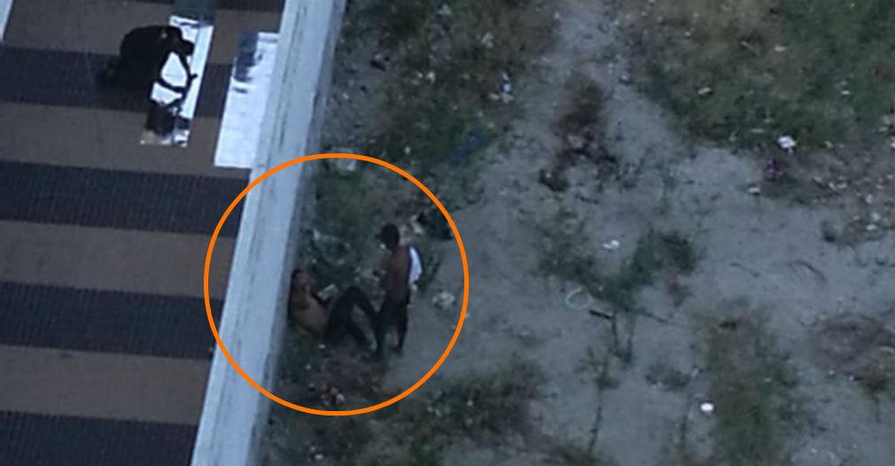 Estas dos personas consumen droga en la paredilla contigua al hotel.