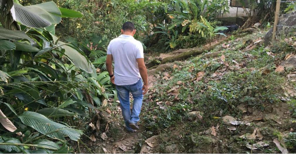 El camino que conduce desde la casa hasta el río Minca es escarpado.