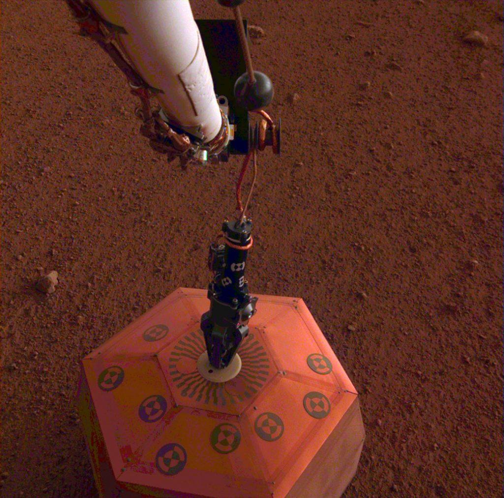 Fotografía captada por la Nasa, que muestra la instalación del sismómetro en Marte.