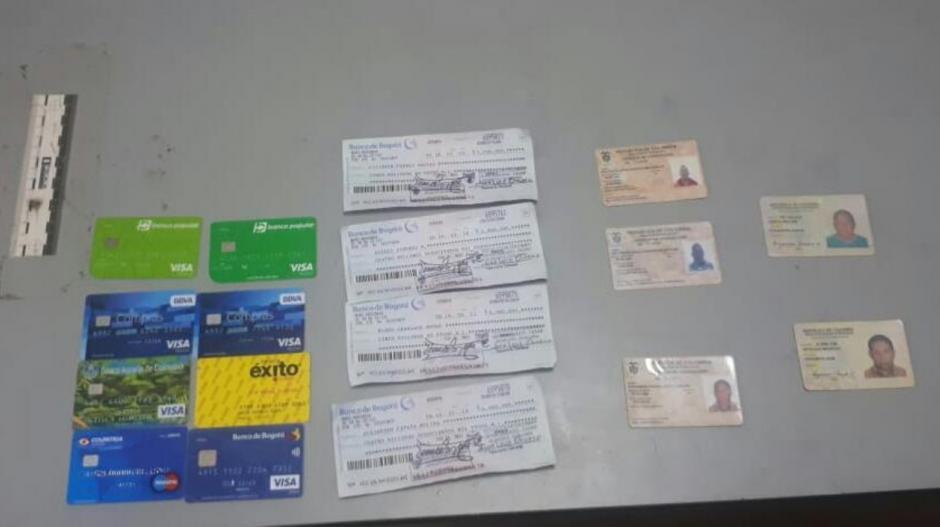 Las tarjetas reportadas como hurtadas, los cheques que pretendían cobrar y las cédulas falsas.