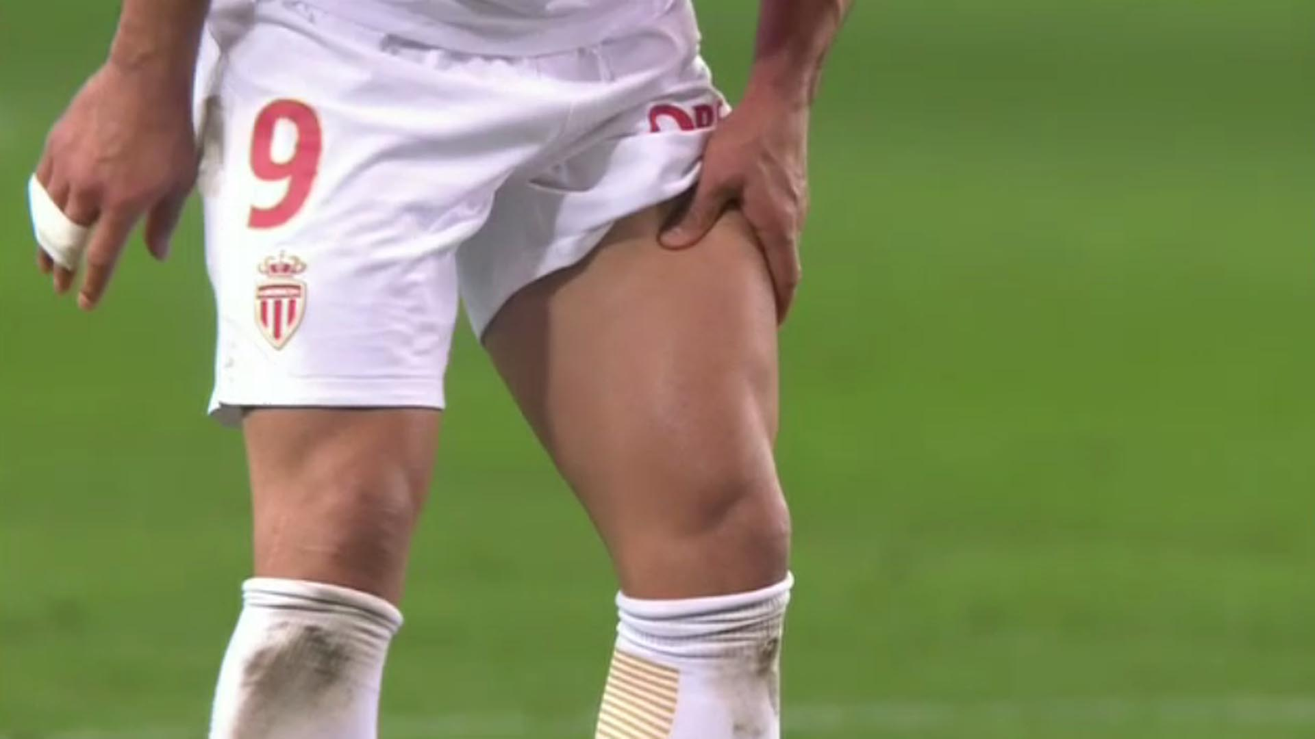 La imagen de Radamel Falcao retirándose del terreno de juego con evidente gesto de dolor.