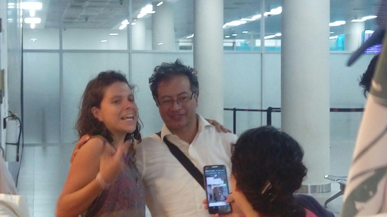 Antes de partir hacia Bogotá, Petro se tomó fotos con algunos viajeros que se encontró en el camino.