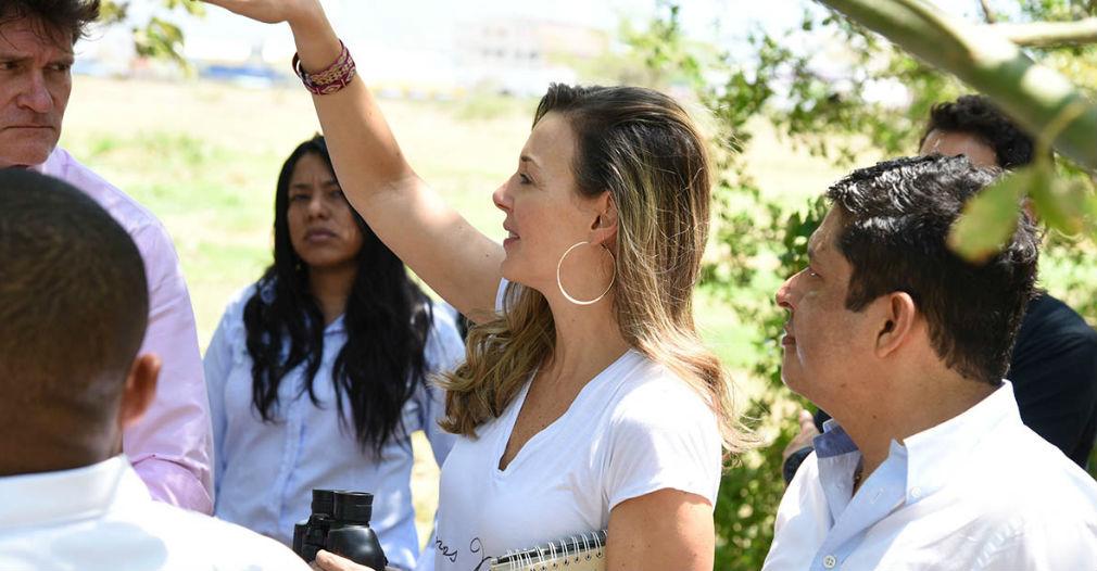 Claudia Elena Vásquez, esposa de Carlos Vives, recorrió las instalaciones de la Unimag.