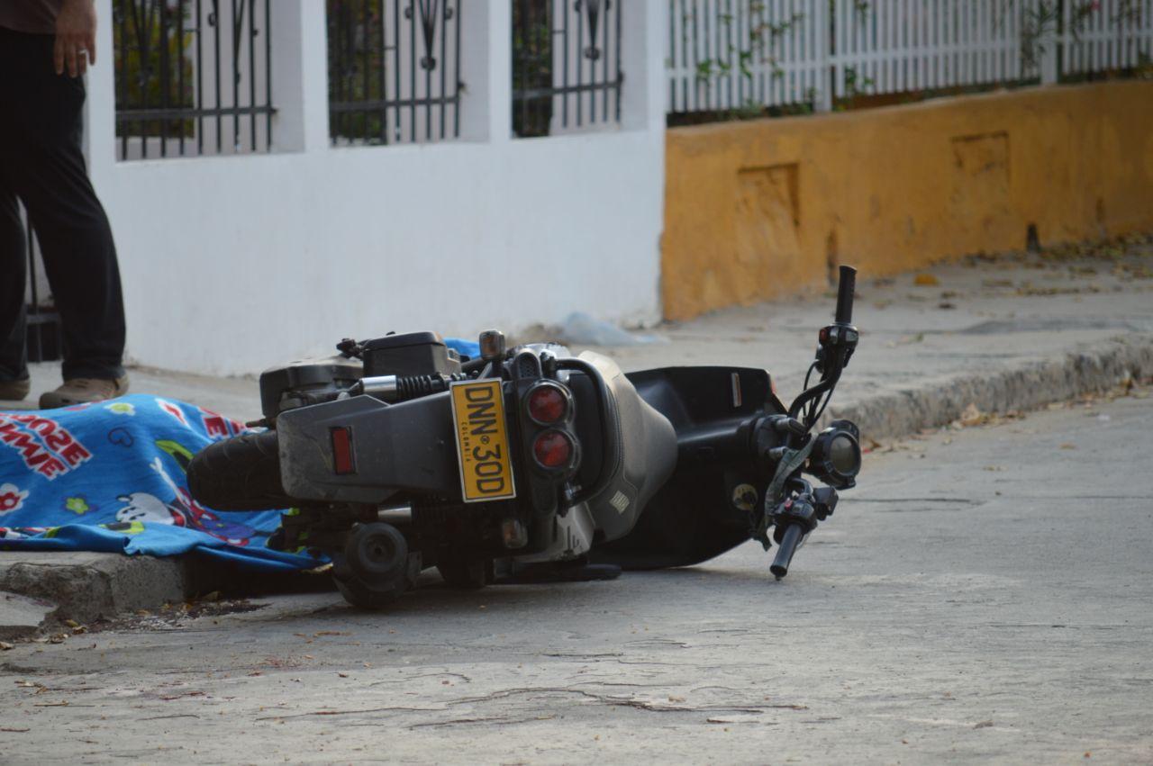 La motocicleta donde se movilizaba la víctima.