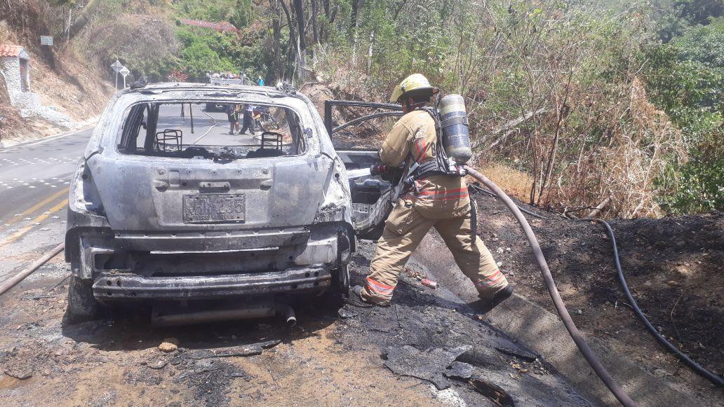 Loa Bomberos reportaron que la conflagración afectó el 100% de la estructura de vehículo de placas KHW-235 de Barranquilla.