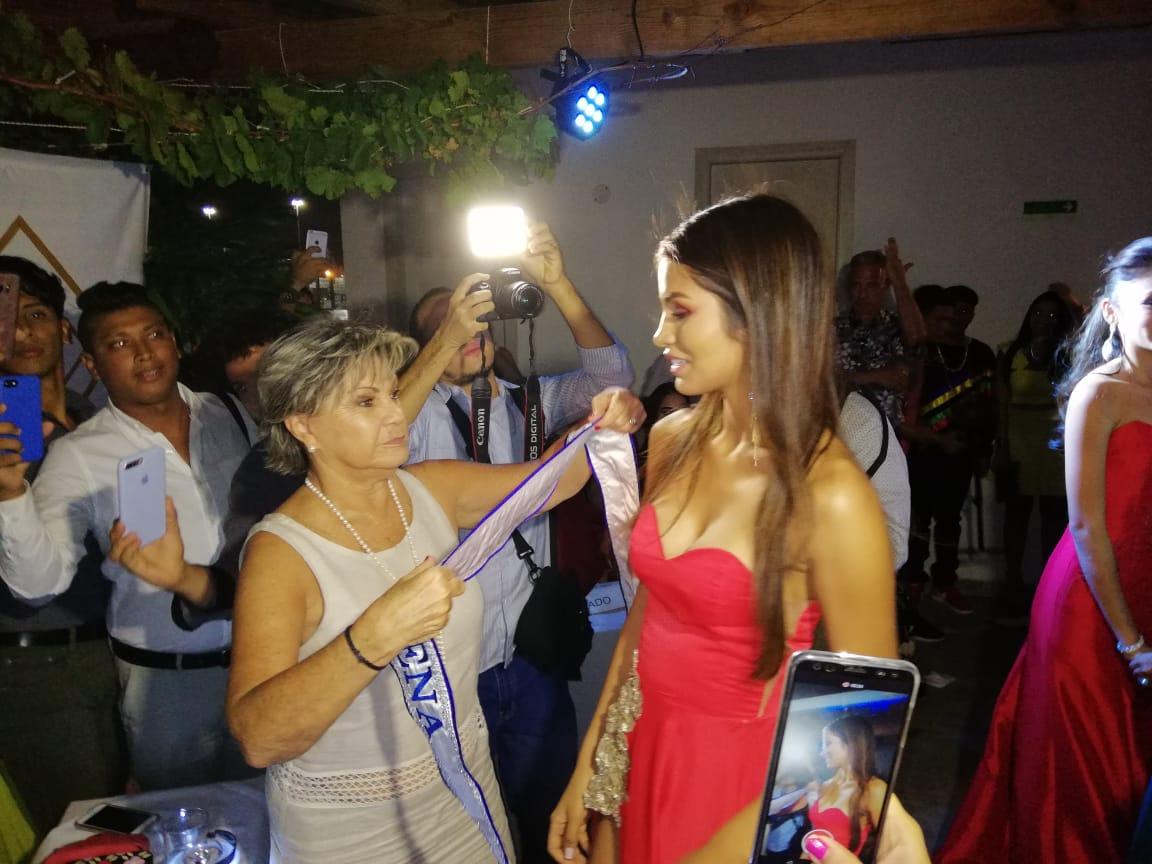 Momento en que el Comité de Belleza del Magdalena le impuso la banda de Señorita Magdalena a María Camila Cárdenas.