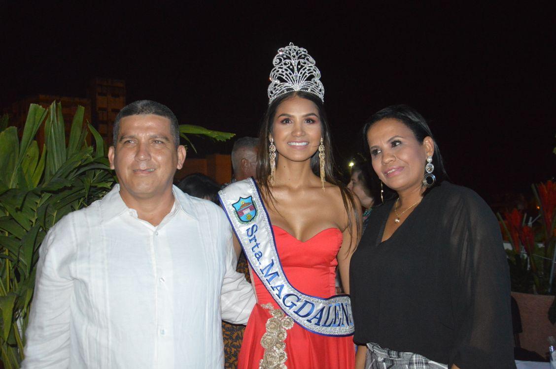 La nueva Señorita Magdalena con sus padres, Luis Cárdenas y Claudia Liliana Rapelo.