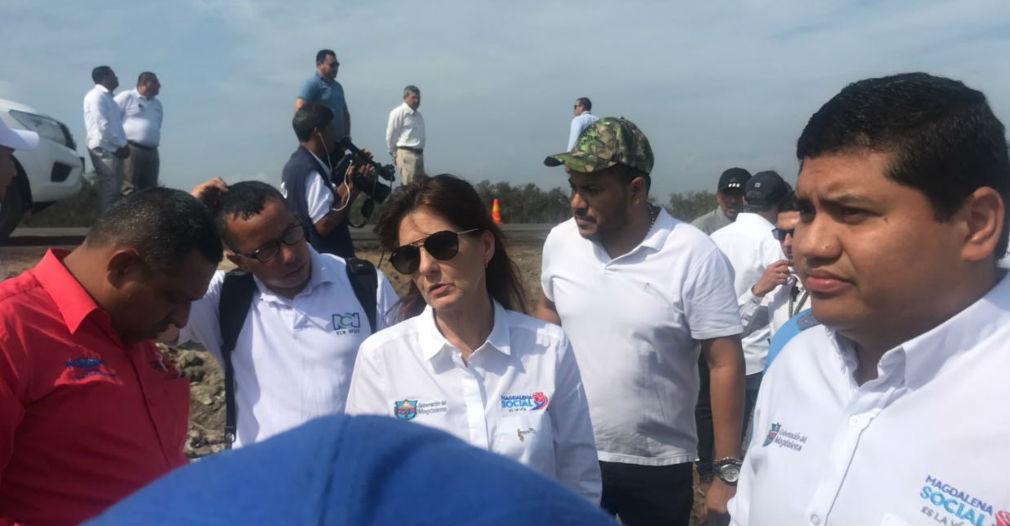 La gobernadora, Rosa Cotes visitó la vía y evidenció el problema de erosión que está afectando el corredor vial entre Santa Marta y Barranquilla.