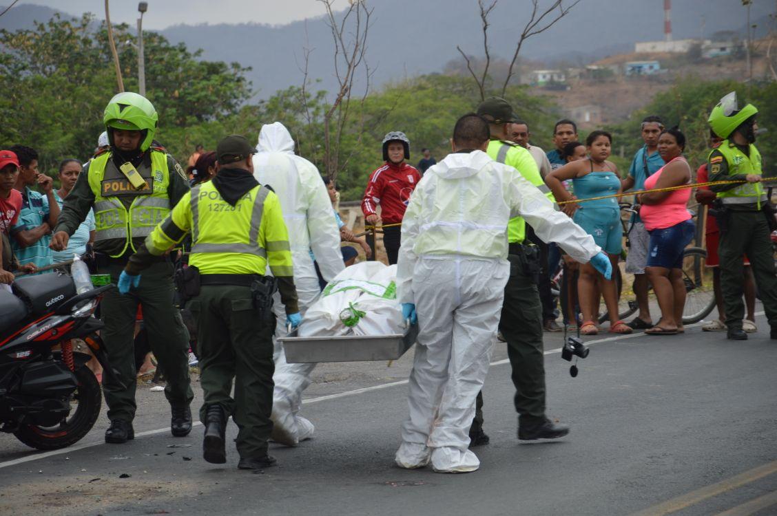 El cuerpo de la víctima fue trasladado por unidades de criminalística de la Policía.