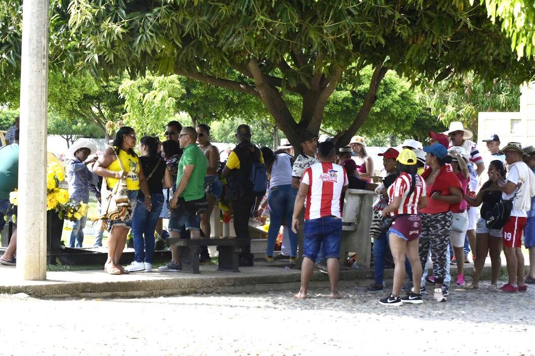 Aglomeración de visitantes en e cementerio.