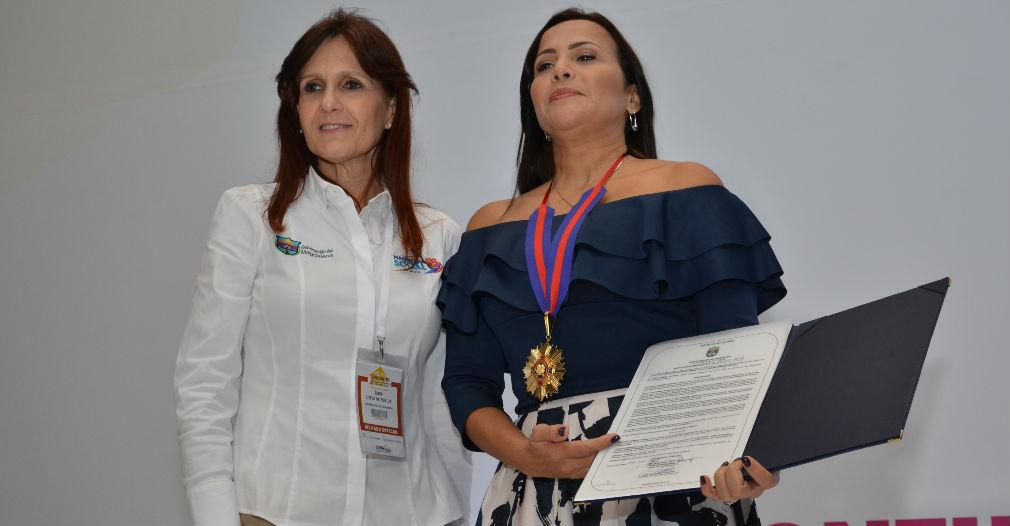 Gobernadora Rosa Cotes haciendo entrega de la condecoración a la viceministra Sandra Howard.