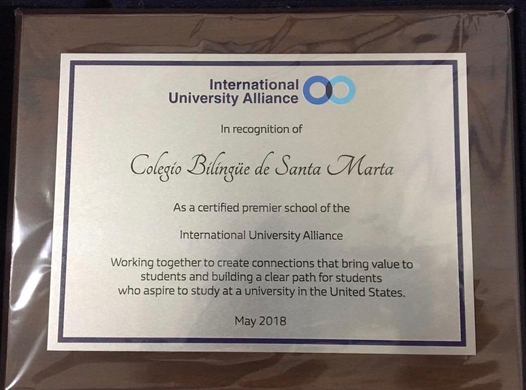 Esta es la placa que acredita al Bilingüe como parte de la alianza con IUA.