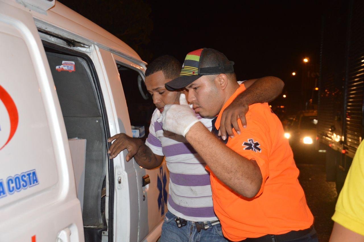 Momentos en que el conductor del taxi era auxiliado.