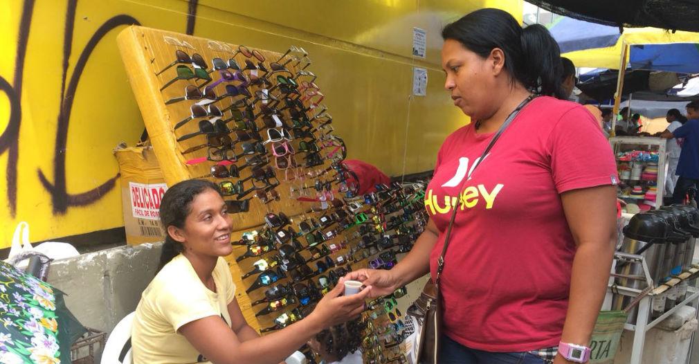 Denis Macías se pasa el día vendiendo gafas en la avenida Campo Serrano.