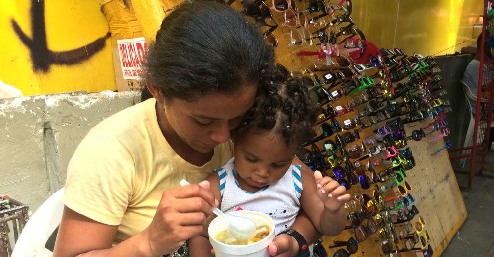 Denis tomando su sopa preferida junto a su hija.