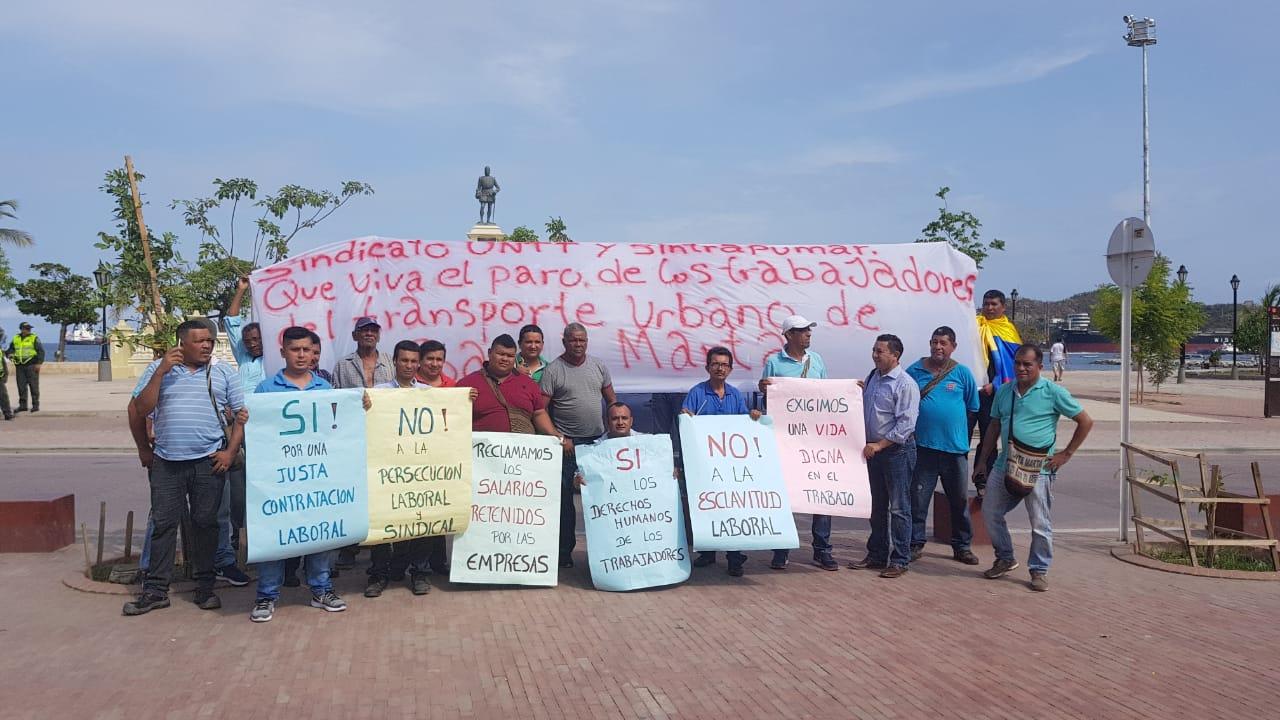 Más conductores siguen llegan al Parque de Bolívar para unirse a la jornada de cese de actividades.