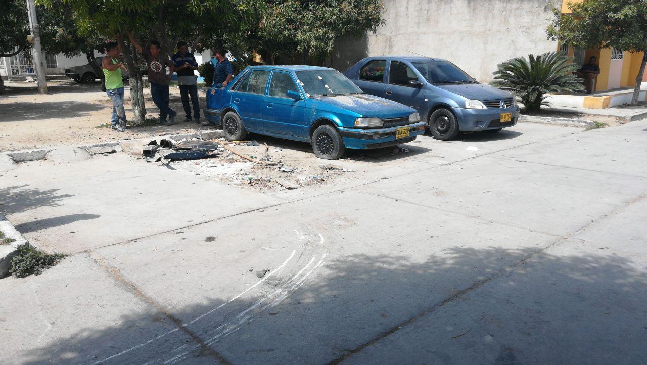 Carros abandonado invaden espacio público en Santa Marta.