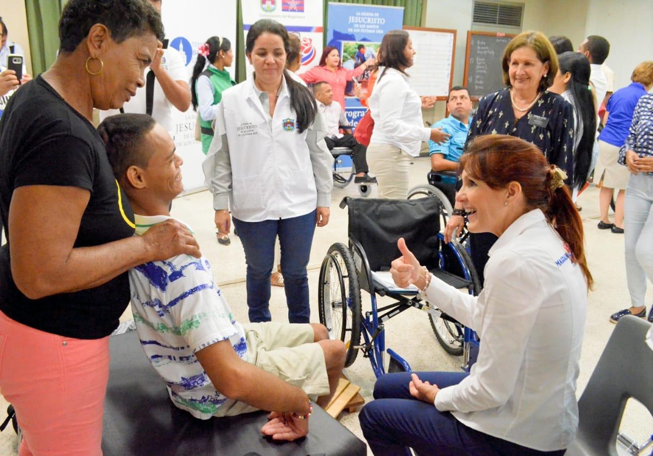 La gobernadora Rosa Cotes conoció de primera mano la historia de vida de los beneficiados con estas ayudas.