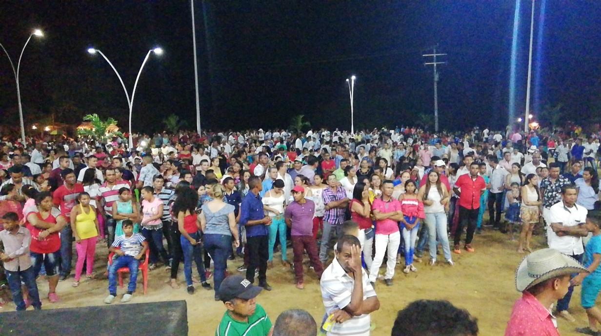 Una multitud se había reunido en la nueva plaza Garizao, para homenajear a su juglar.