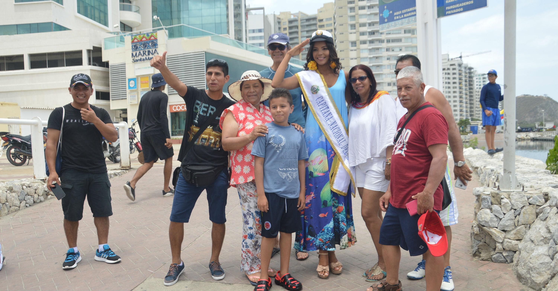 Turistas y habitantes de la ciudad, aprovecharon para tomarse fotografías con la Capitana Nacional del Mar.