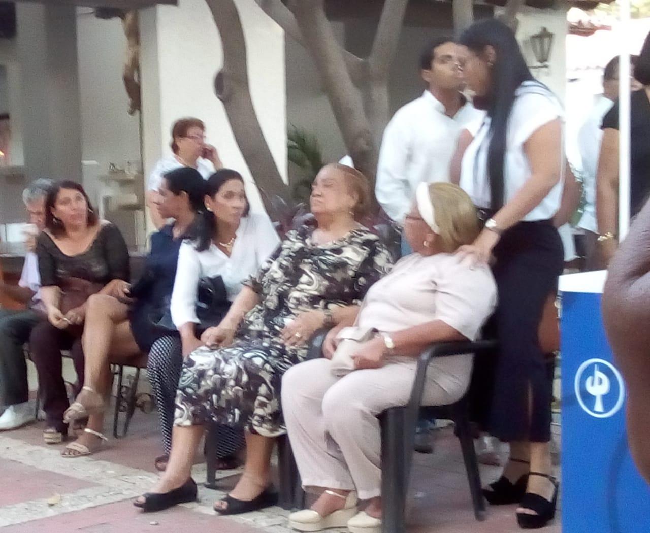 Familiares y amigos del papá de Falcao García asisten a su velación.
