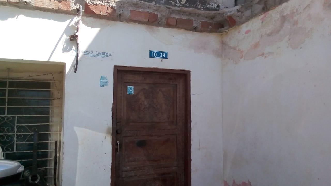 Esta es la entrada de la casa a la que entraron los ladrones en la madrugada de este sábado.