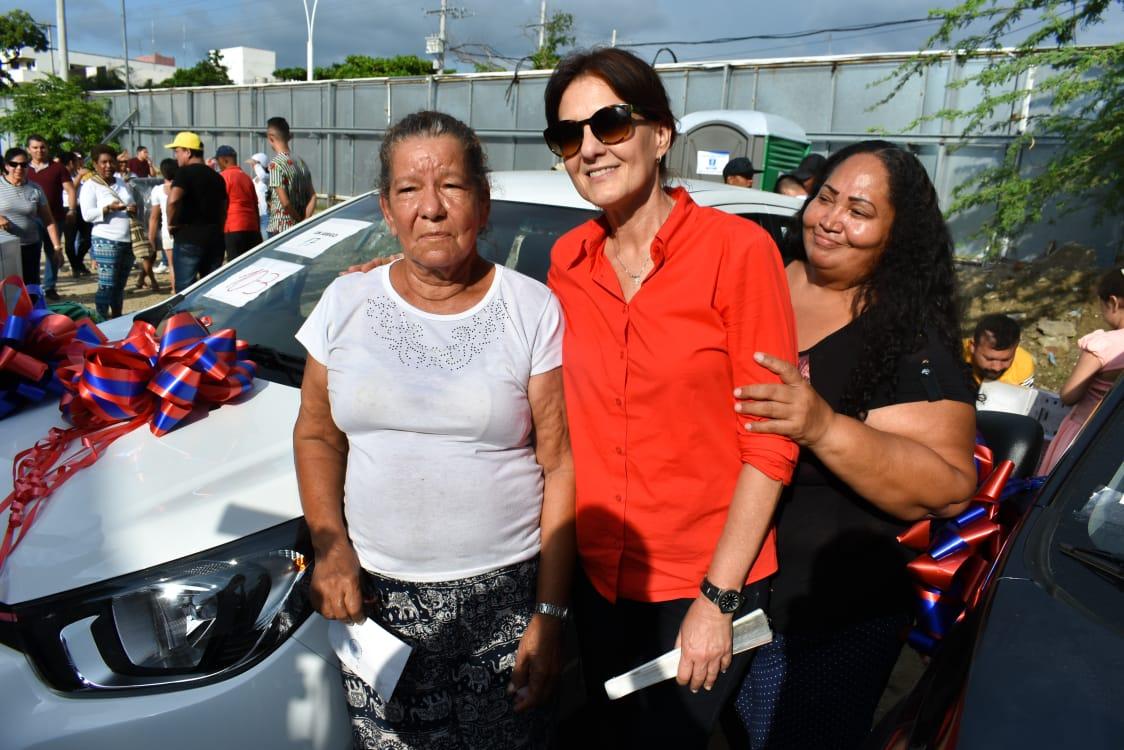 Ganadora del premio junto a la gobernadora Rosa Cotes