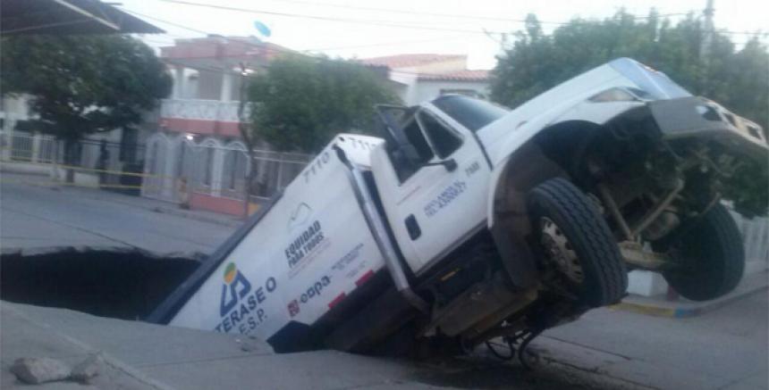 Camión que se 'tragó' la calle en 2014.