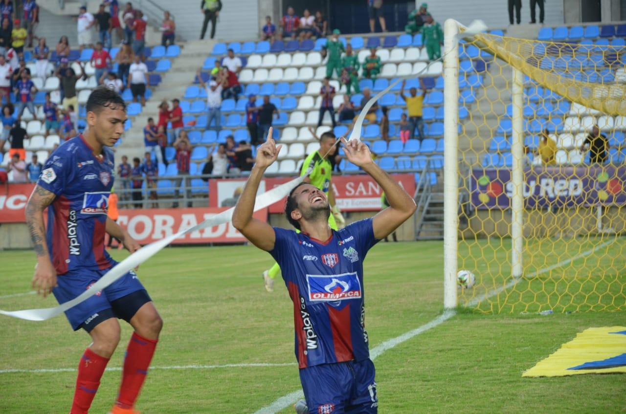 Lucas Sotero celebra el gol