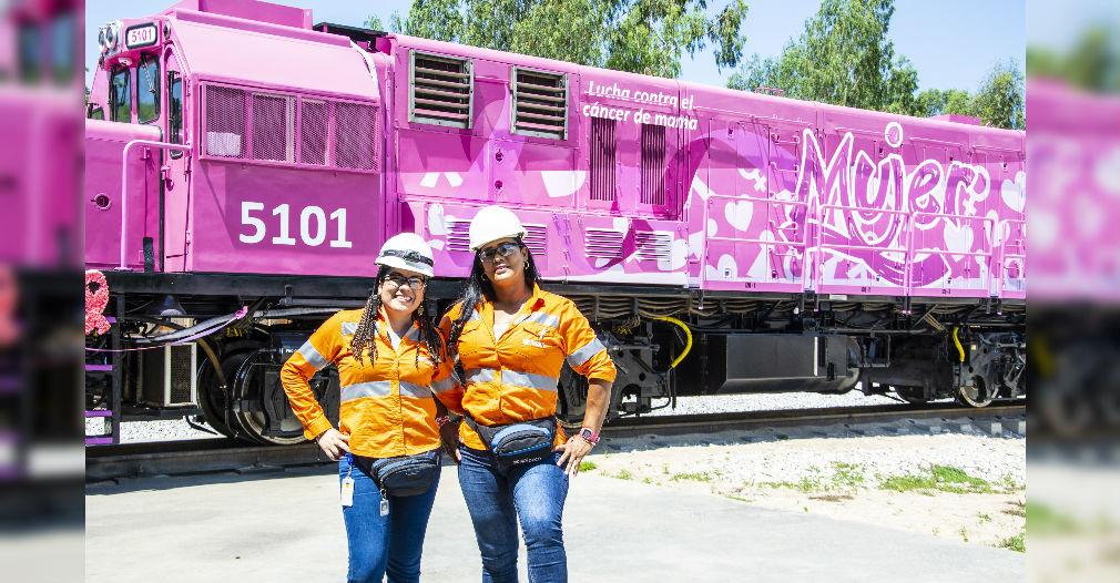 Emilia Bueno y Sonia Lara son las dos maquinistas que manejan la locomotora rosada.