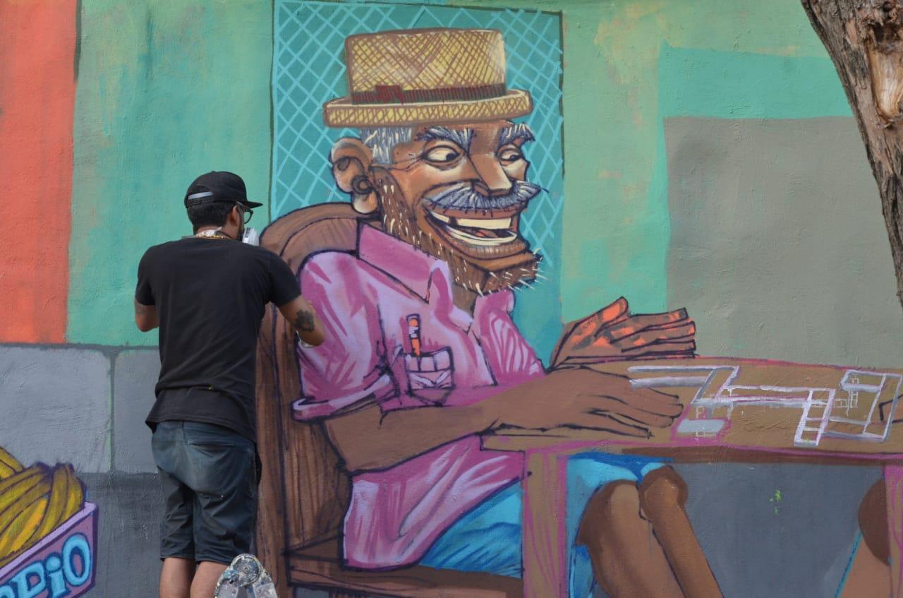 El artista ecuatoriano Apitatan está haciendo uno de los morales