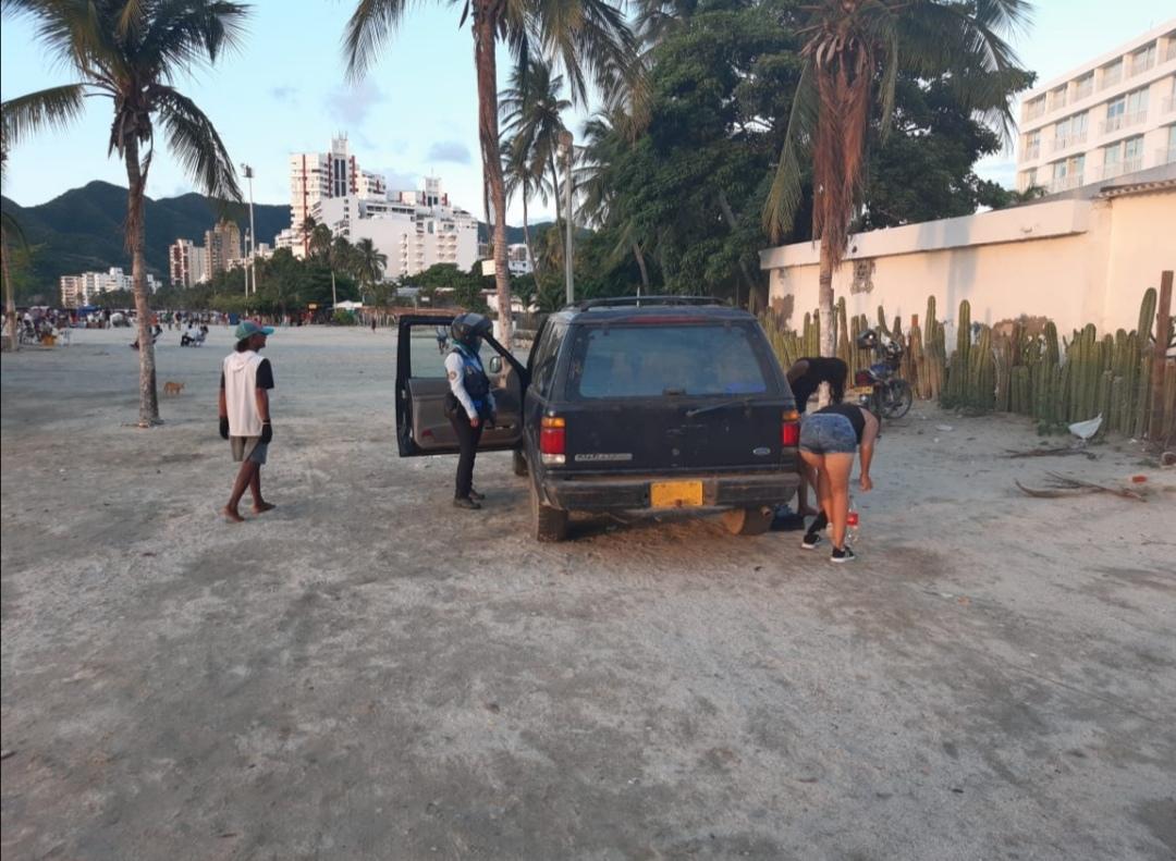 Vehículo parqueado en playa de Santa Marta.