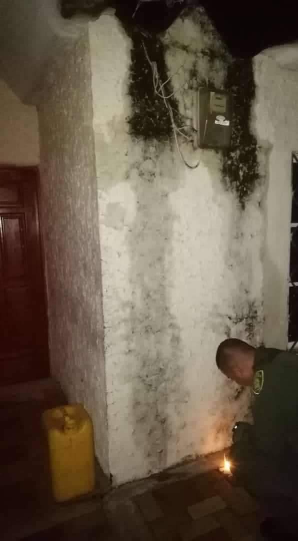 Uno de los policías de guardia de la Estación fue el primero en encender una veladora.