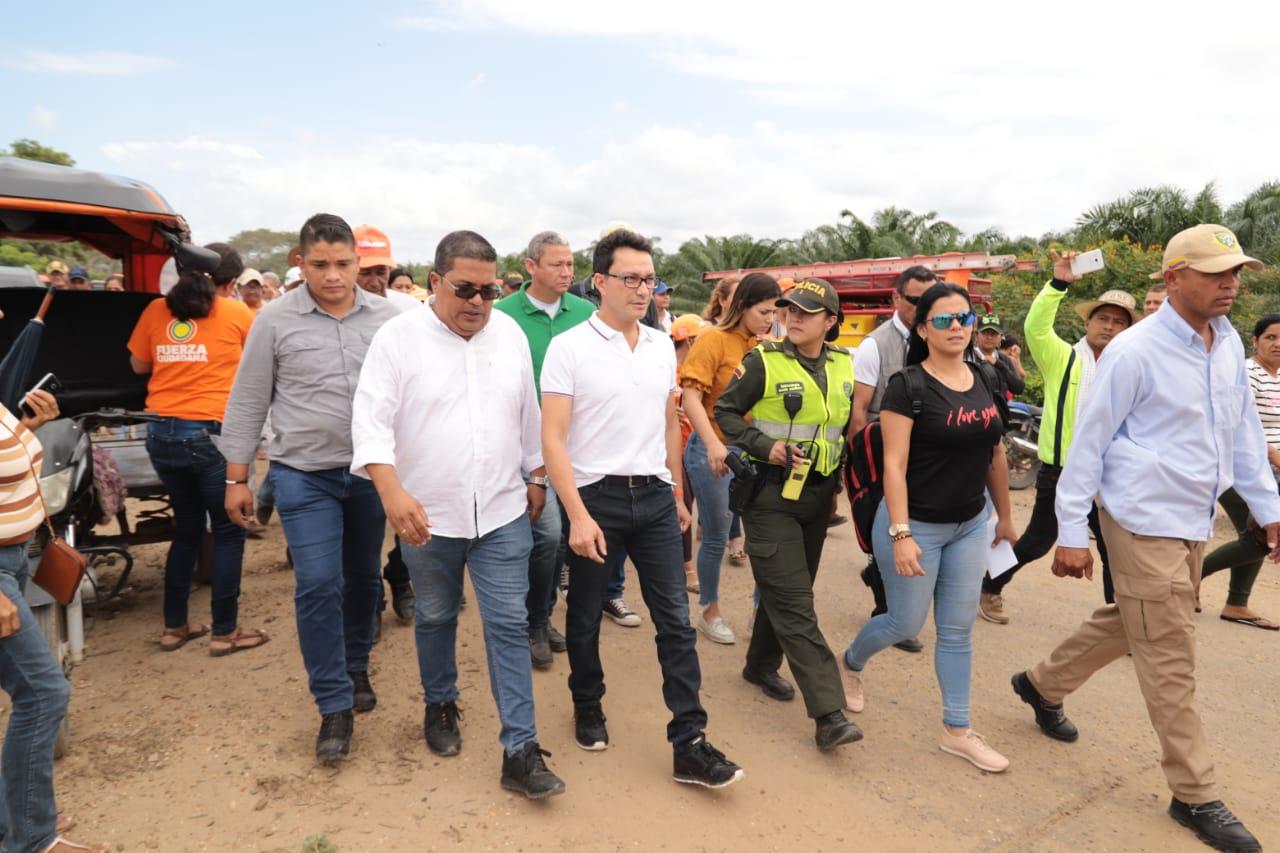 Caicedo visitó en la mañana de este lunes el carreteable entre Salamina y El Piñón, afectado por la erosión costera.