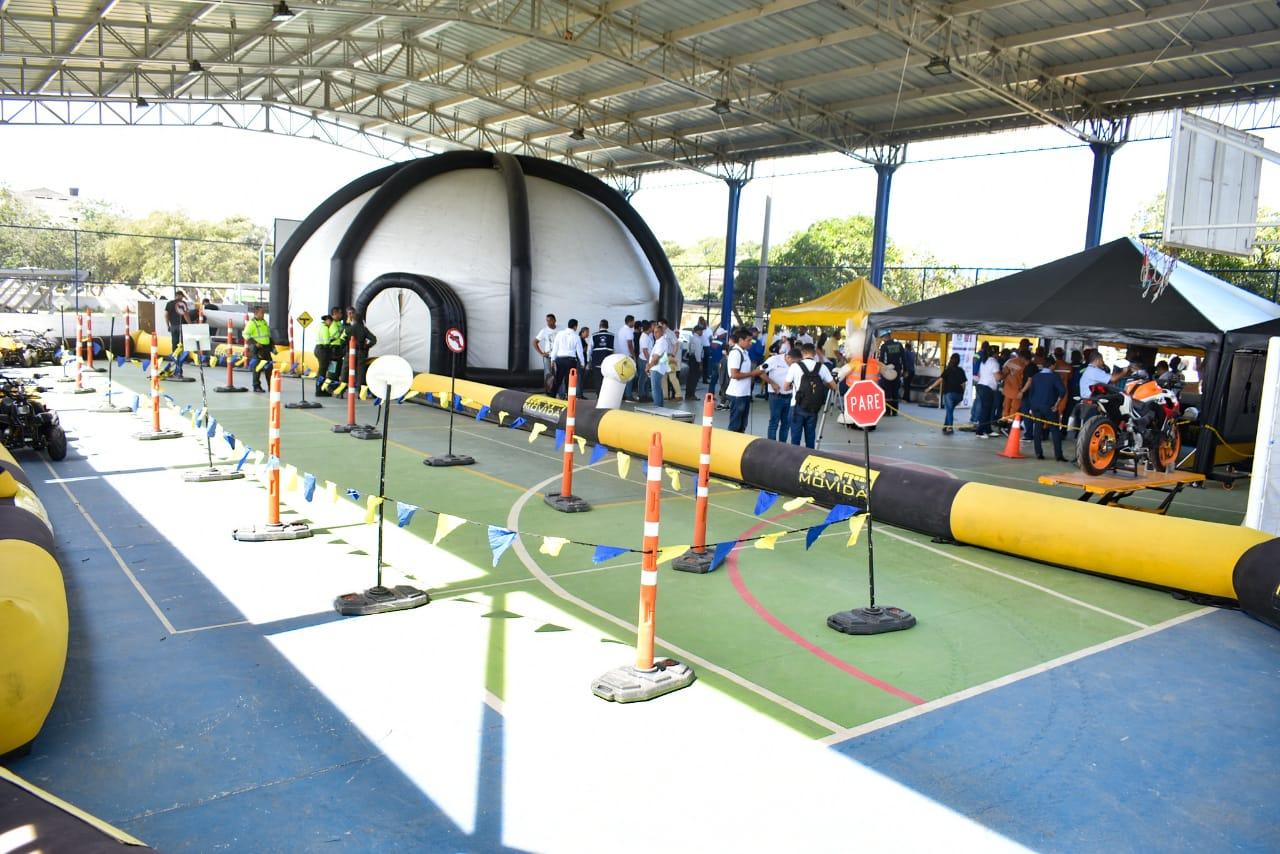 En el cierre de la actividad se armó un gran domo donde se proyectaron videos de seguridad vial y se instalaron varios stands.