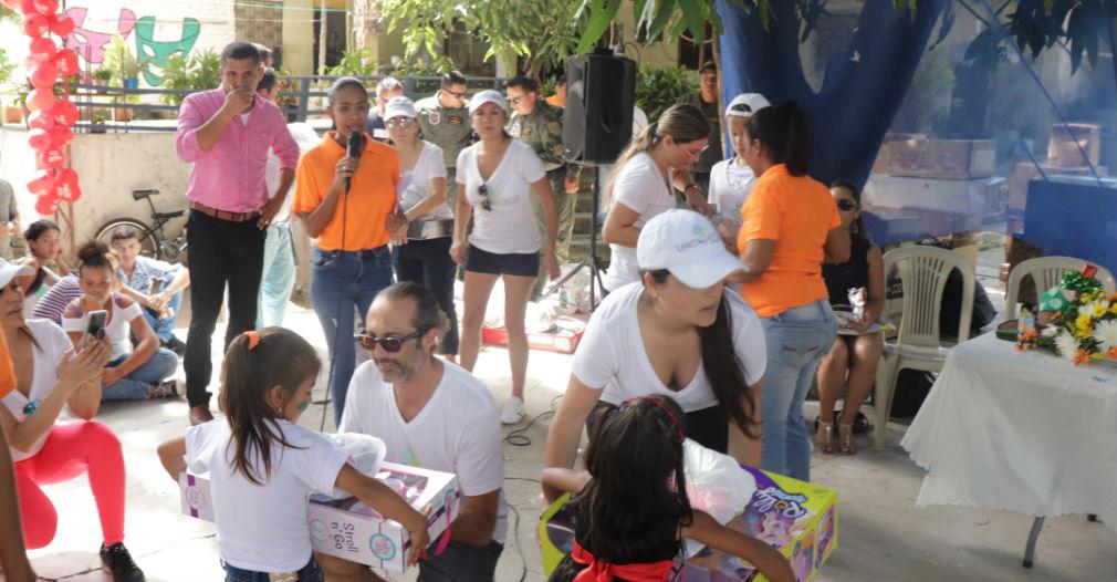 Entrega de regalos a niños de Santa Marta