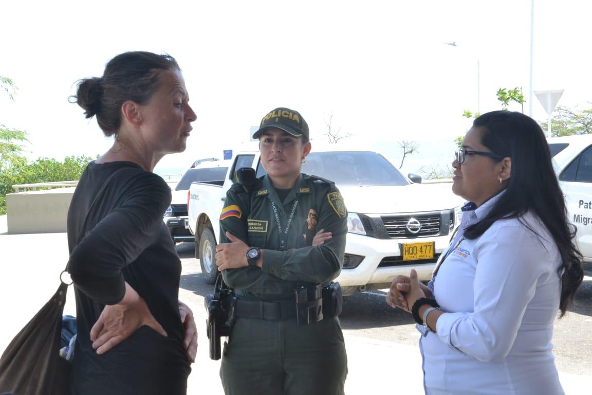 Aneta Elwira Ernest conversando con las autoridades migratorias en junio.
