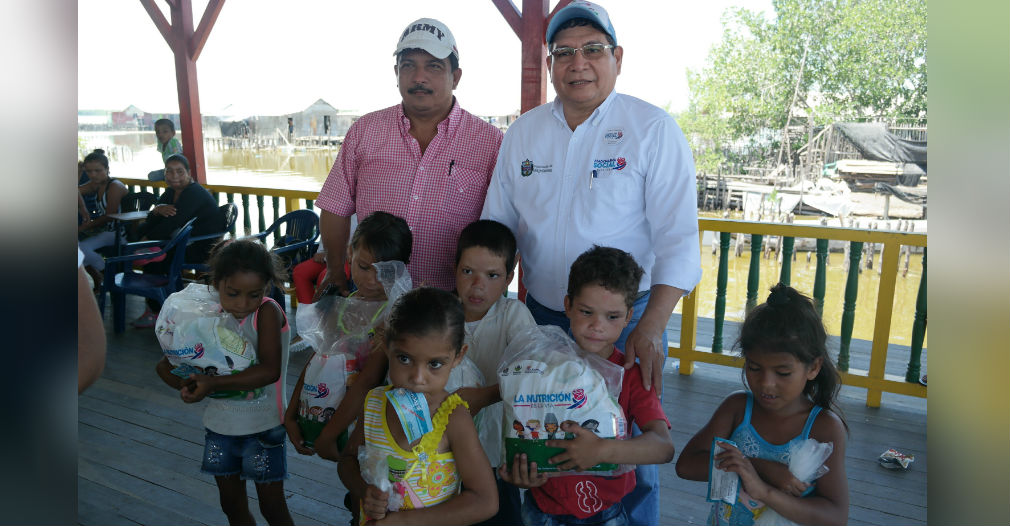 Entrega de alimentos a niños del Magdalena
