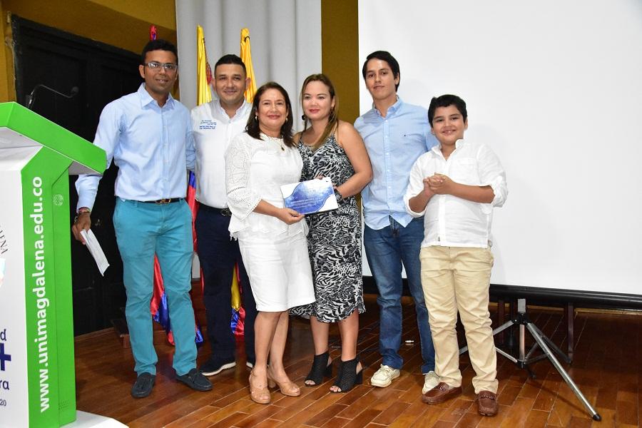 ENTREGA DE PLACA RECIBIDA POR LA FAMILIA DEL DOCENTE LACERA