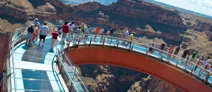 Otra imagen del puente de cristal en el Gran Cañón de Colorado, Estados Unidos.