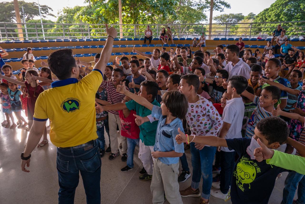 Niños recibiendo regalos en el 'Helado de Leche'.