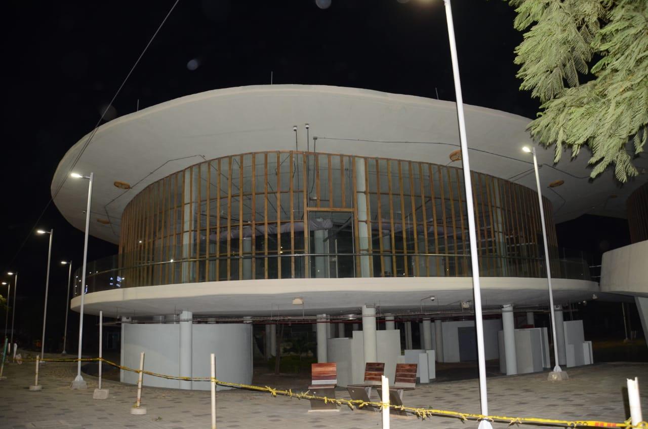 Así estaba la megabiblioteca en la noche de la supuesta inauguración: sola, encerrada en cinta amarilla, sin dotación.