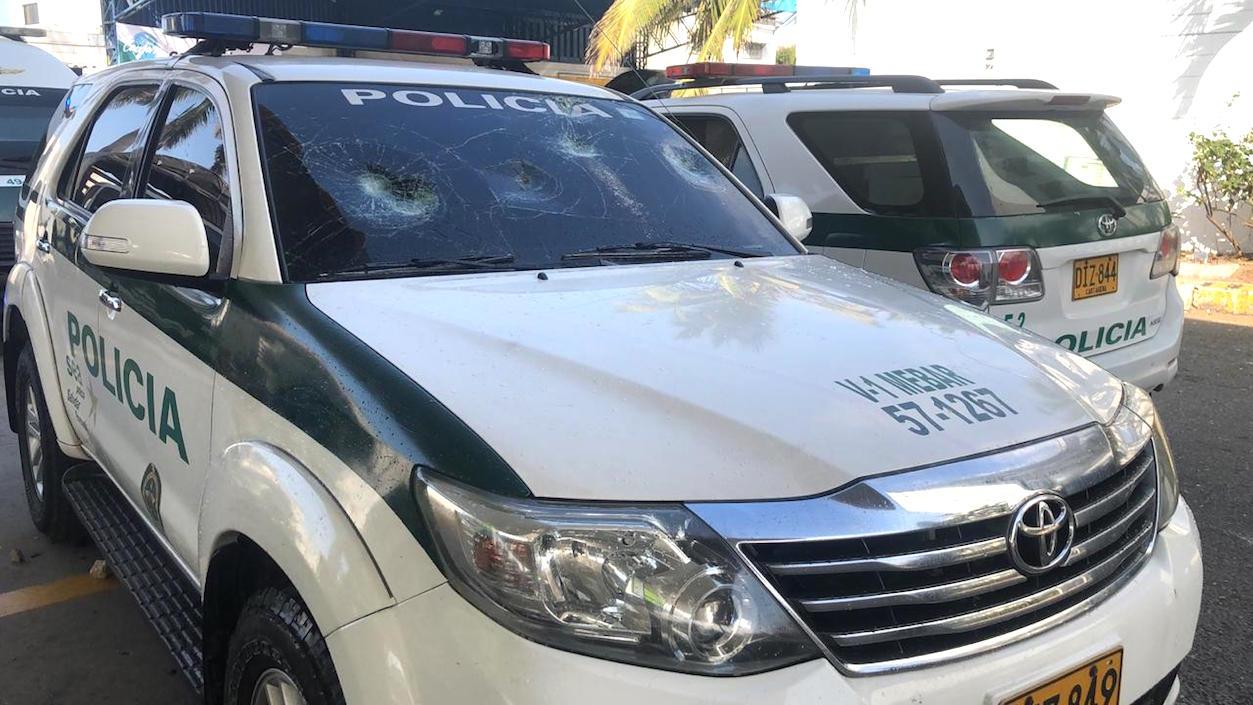 El vehículo de la Policía blanco de estudiantes y encapuchados de Uniatlánticos.