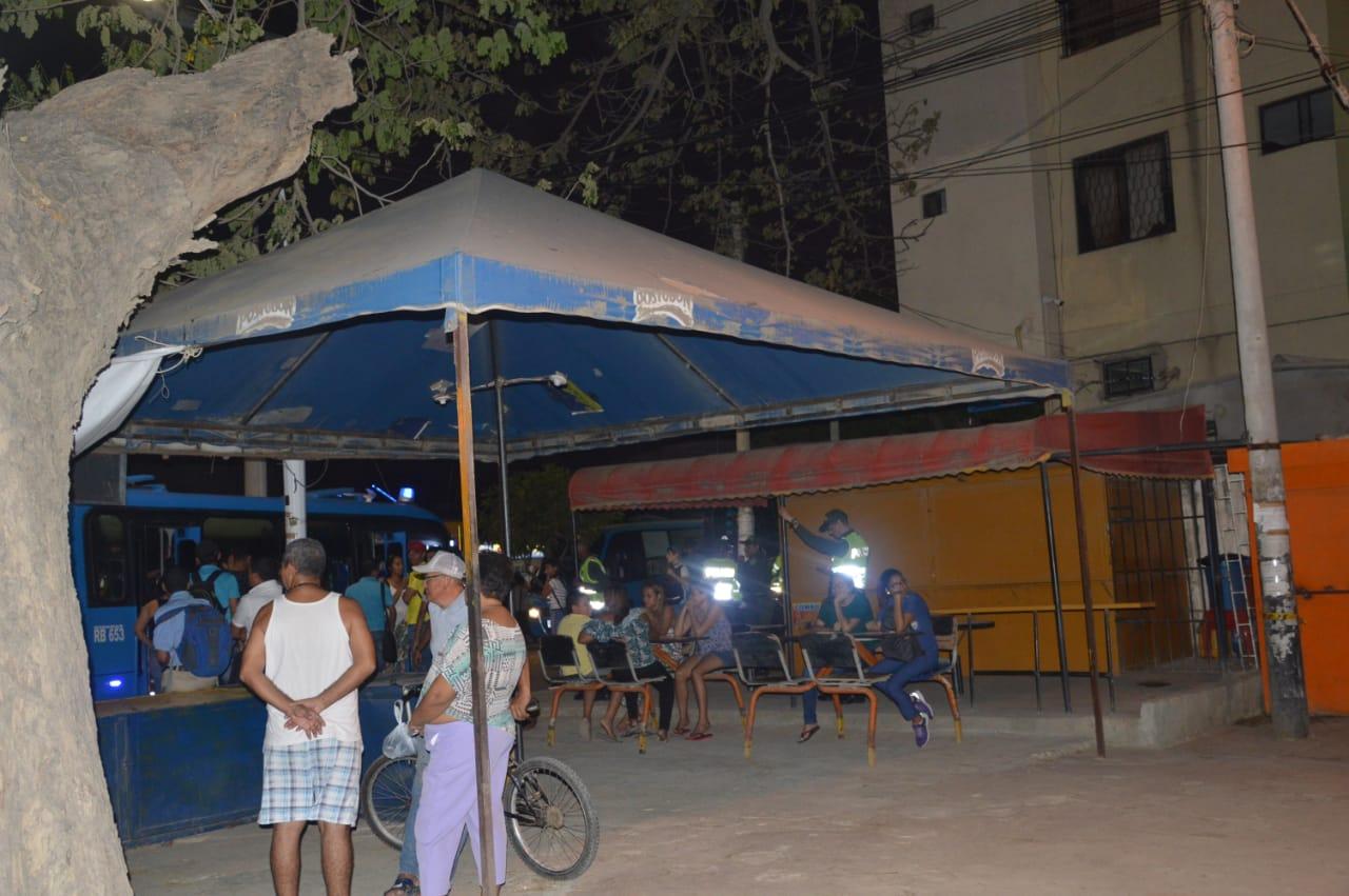 Los vendedores informales tienen carpas, mesas y sillas en el espacio público.