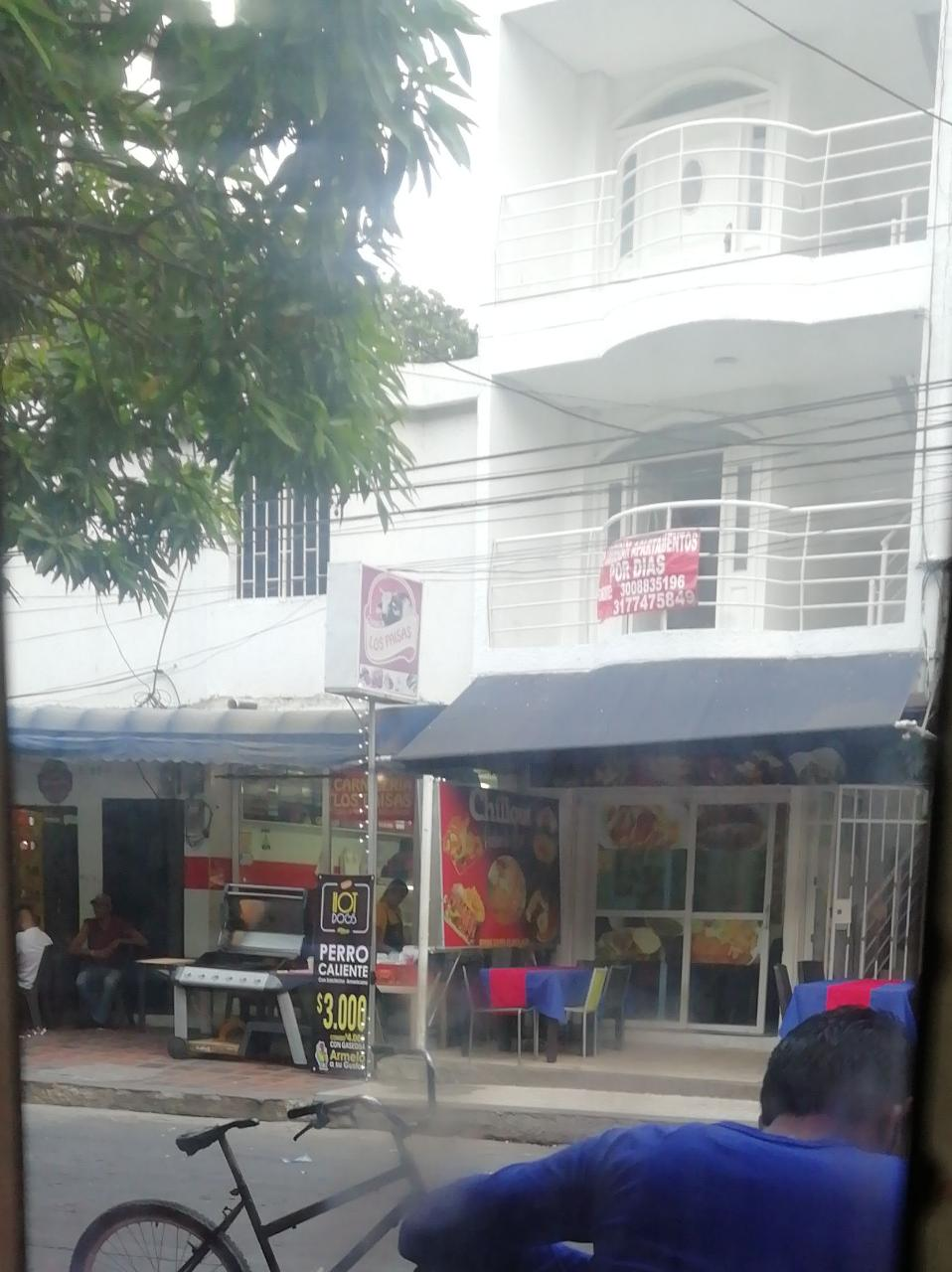Puesto de venta de comidas, presuntamente sin papelería, que estaría afectando a comerciantes legales.
