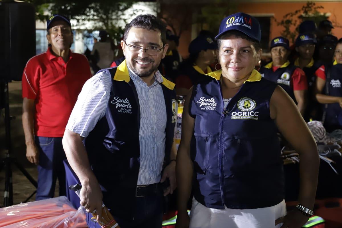 Alcalde Rafael Martínez con voluntaria