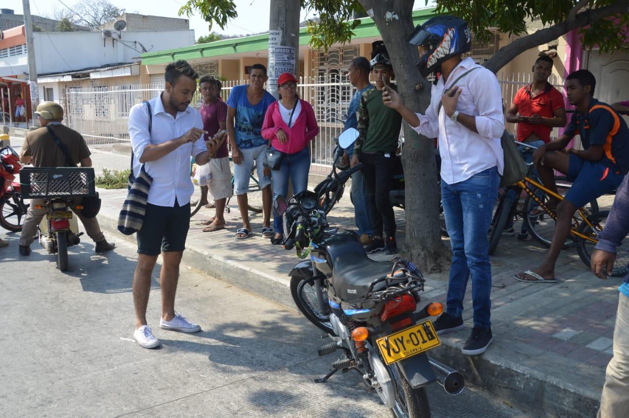 El motociclista graba el momento de las amenazas del conductor de taxi.