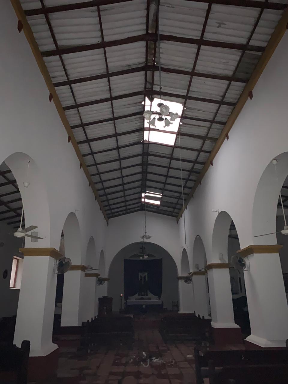 La iglesia también sufrió por los fuertes vientos.
