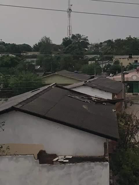 Los fuertes vientos afectaron varias viviendas en la jurisdicción.